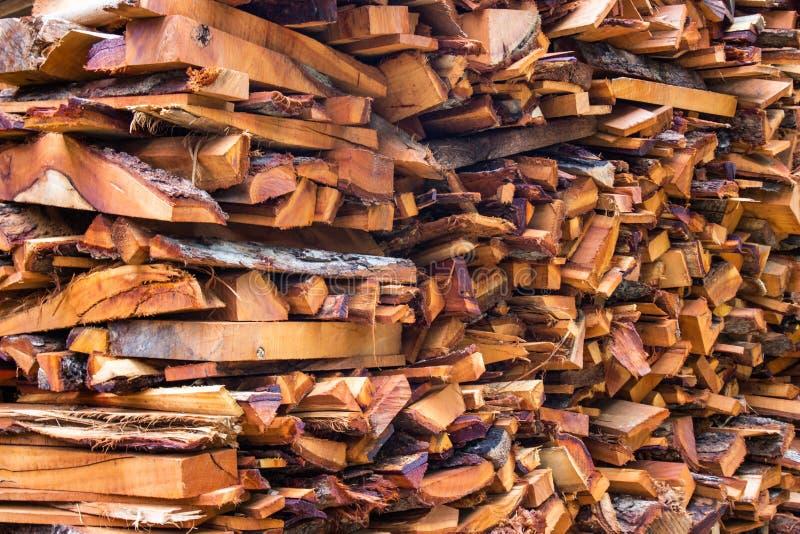 Troncs coupés de rondins en bois de bois de chauffage les grands ont empilé la pile sèche pour la cheminée photos stock