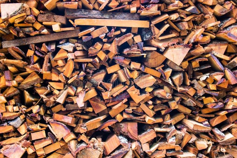Troncs coupés de rondins en bois de bois de chauffage les grands ont empilé la pile sèche pour la cheminée photos libres de droits
