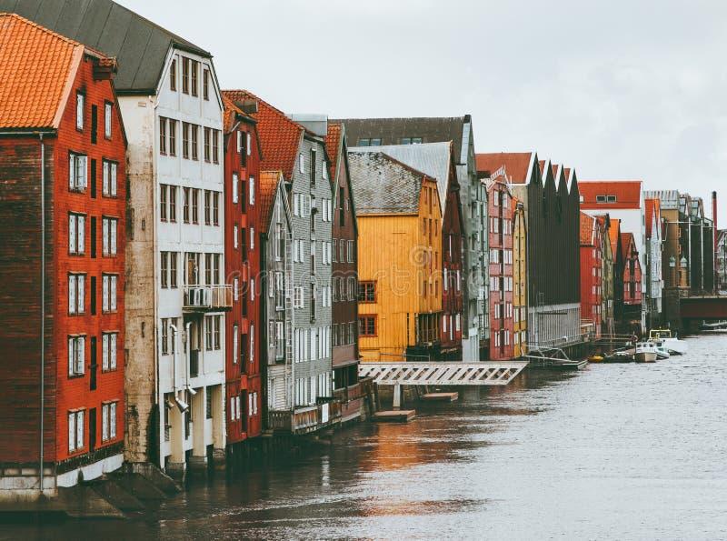Trondheim miasta kolorowi domy w Norwegia pejzażu miejskiego scandinavian tradycyjny drewnianym zdjęcia royalty free