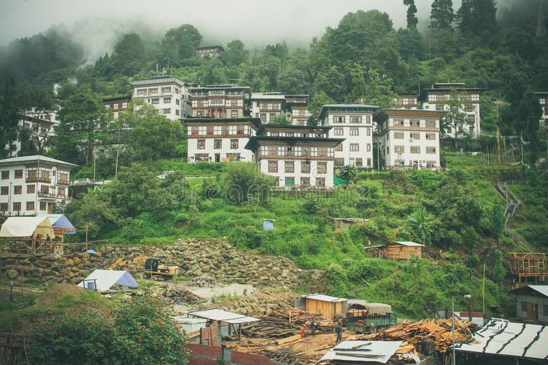 Trongsa, Bhután - 13 de septiembre de 2016: Arquitecturas butanesas tradicionales en un pueblo cerca de Bumthang, Bhután imagen de archivo