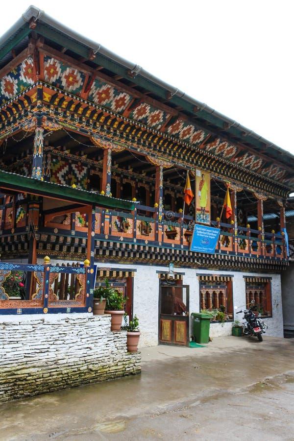 Trongsa, Bhután - 12 de septiembre de 2016: Edificio butanés del cellco en un día lluvioso imágenes de archivo libres de regalías