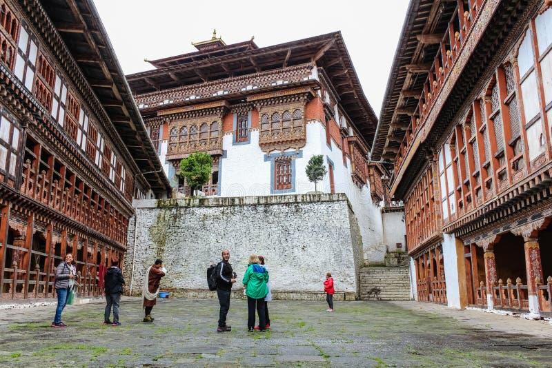 Trongsa, Bhután - 13 de septiembre de 2016: Grupo turístico en el patio de Trongsa Dzong, Bhután imagen de archivo libre de regalías