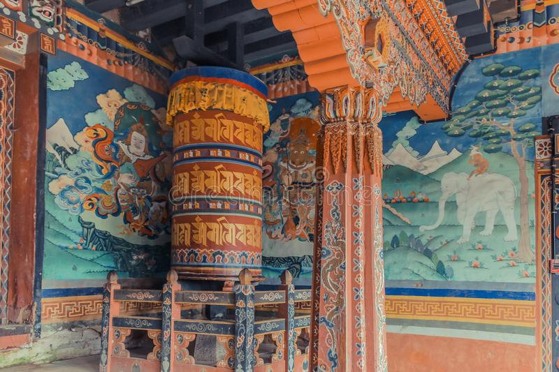 Trongsa, Bhutan - 13 settembre 2016: Pitture di parete e grande ruota di preghiera dentro il portico del Trongsa Dzong, Bhutan fotografia stock
