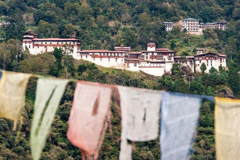 Trongsa Dzong, Bhután con las banderas del rezo fotografía de archivo libre de regalías