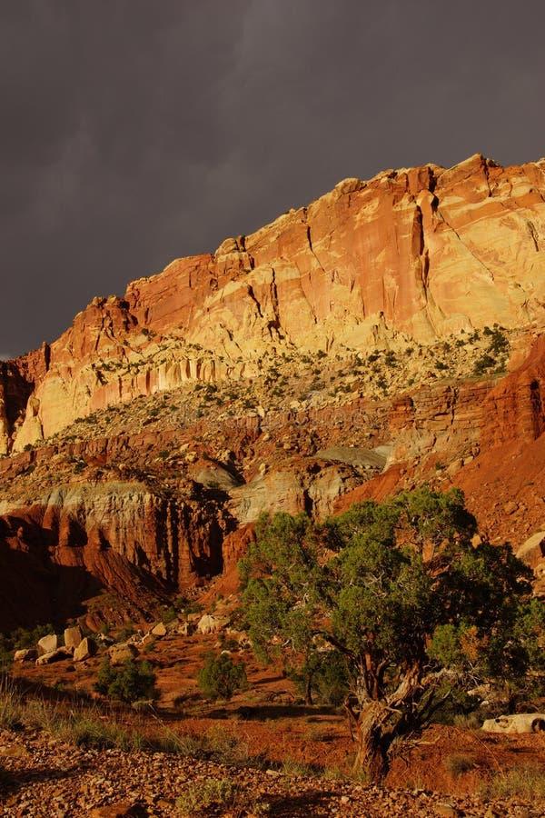 Trono de oro con hacer excursionismo dramático imagen de archivo