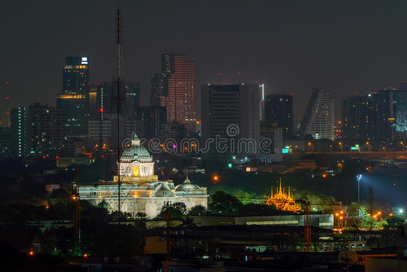 Trono Salão de Ananta Samakhom e construções do arranha-céus na noite na cidade urbana, Banguecoque, Tailândia Palácio real do re fotos de stock