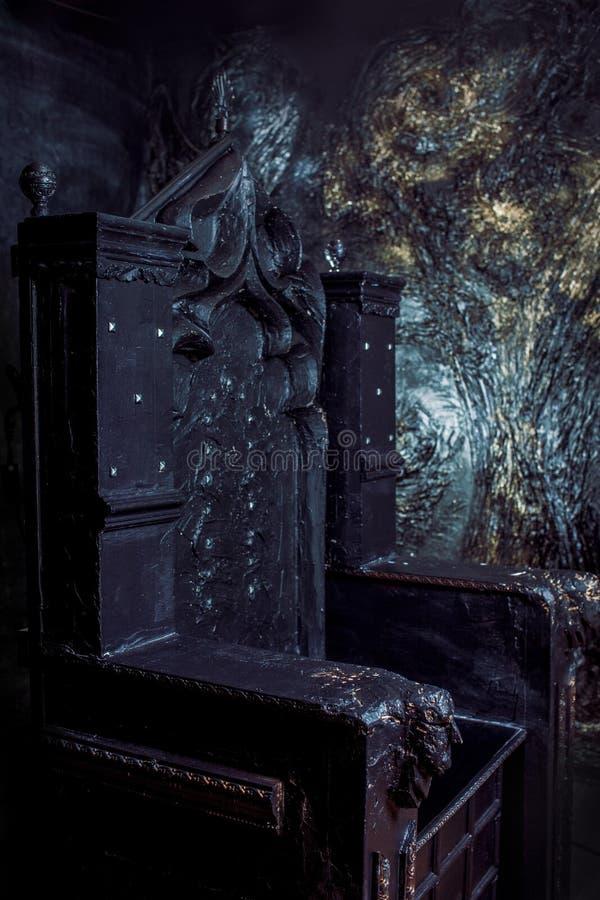 Trono vacío trono gótico oscuro, cierre para arriba fotos de archivo libres de regalías