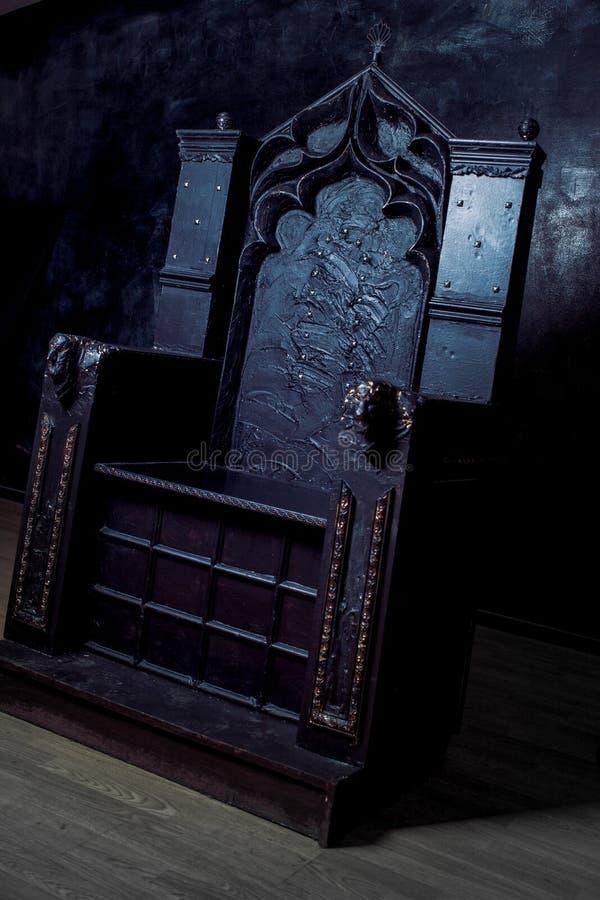 Trono vacío trono gótico oscuro, vista lateral fotografía de archivo