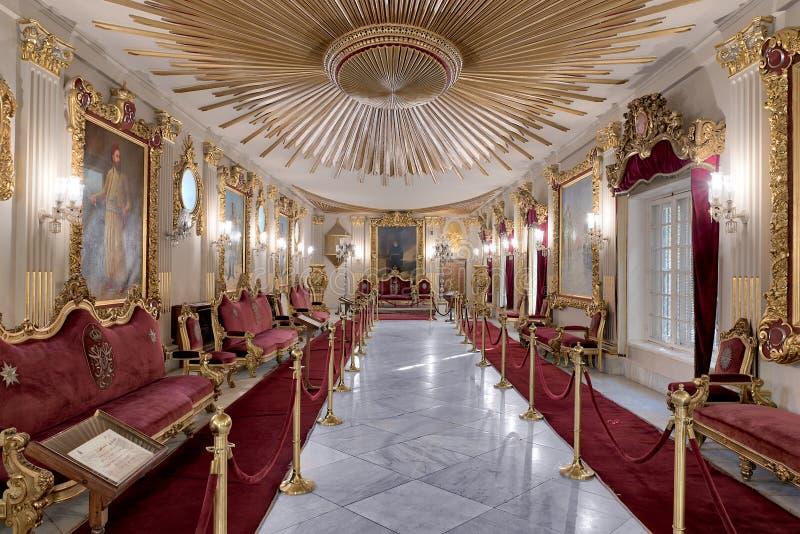 Tronowy Hall przy Manial pałac książe Mohammed Ali Tewfik z ozdobnym sufitem inspirującym starą flaga ottoman imperium zdjęcia stock