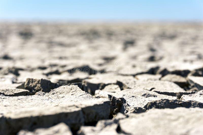 Troosteloze landcape met droge gebarsten grond stock foto's