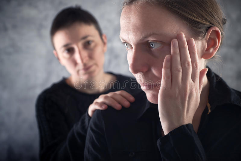 Troostende vriend. Vrouw die haar droevige vriend troosten. stock afbeeldingen