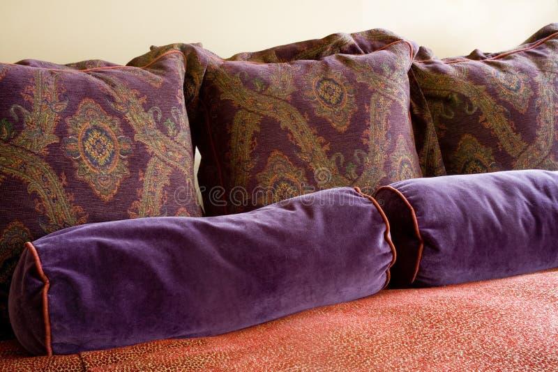 Trop d'oreillers ! image stock