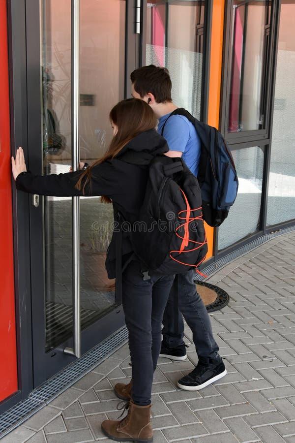 Trop tard, la porte d'école est fermée photographie stock libre de droits