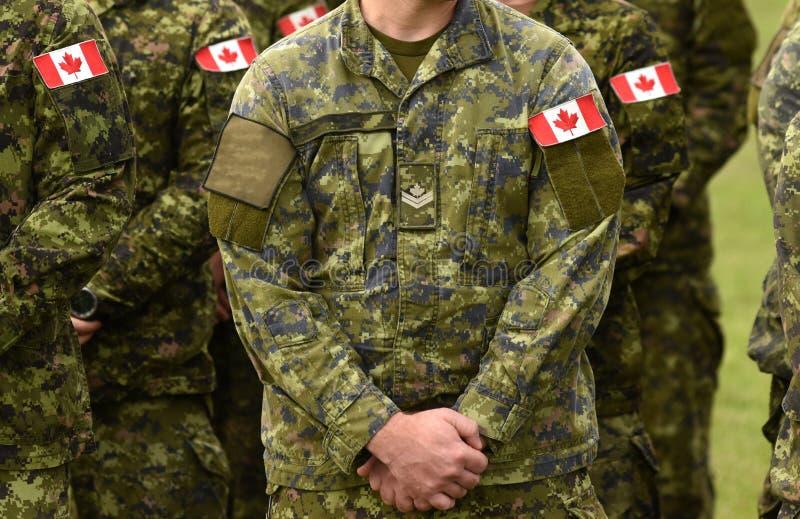 Tropas canadenses Exército canadense As bandeiras de Canadá em soldados armam-se foto de stock royalty free