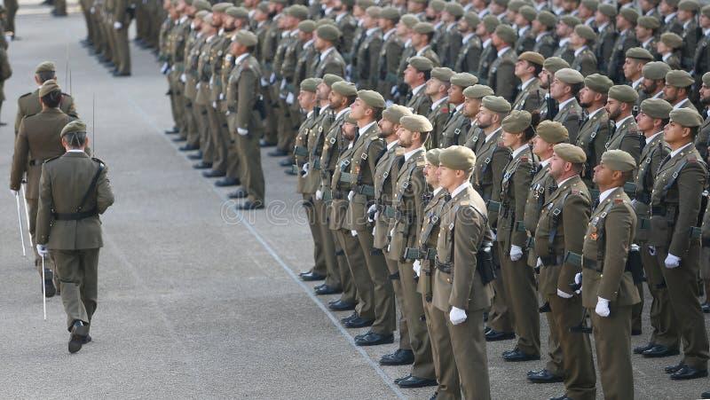 Tropas de revisão do comandante durante a parada espanhola do exército imagem de stock