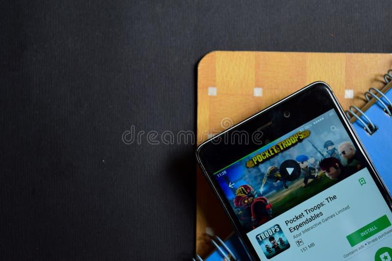 Tropas del bolsillo: El revelador app de los artículos consumibles en la pantalla de Smartphone foto de archivo libre de regalías