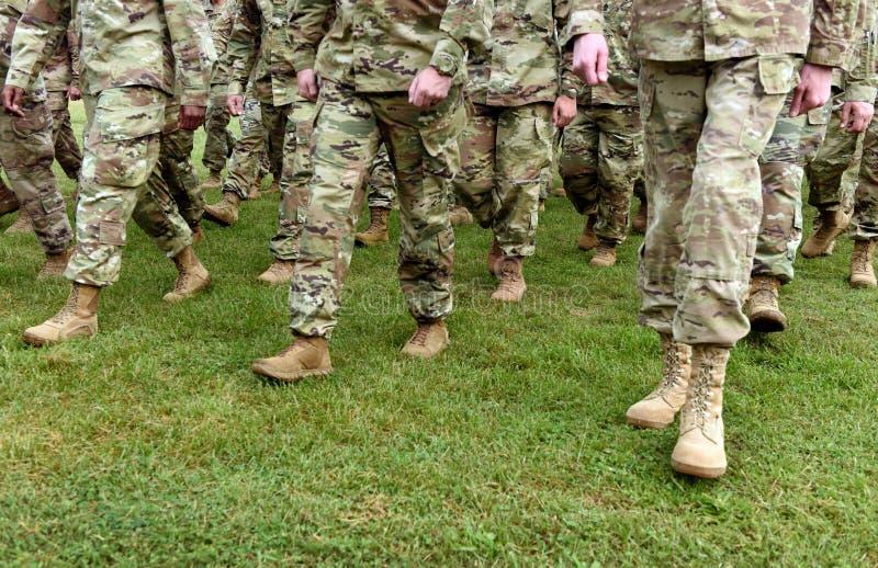 Tropas dos E.U. Soldados que marcham na grama verde Exército dos EUA imagens de stock