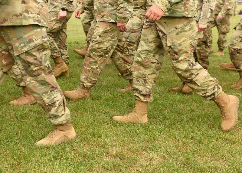 Tropas dos E.U. Soldados que marcham na grama verde Exército dos EUA fotografia de stock royalty free