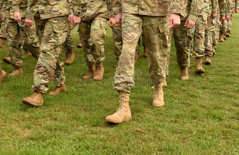 Tropas dos E.U. Soldados que marcham na grama verde Exército dos EUA fotos de stock