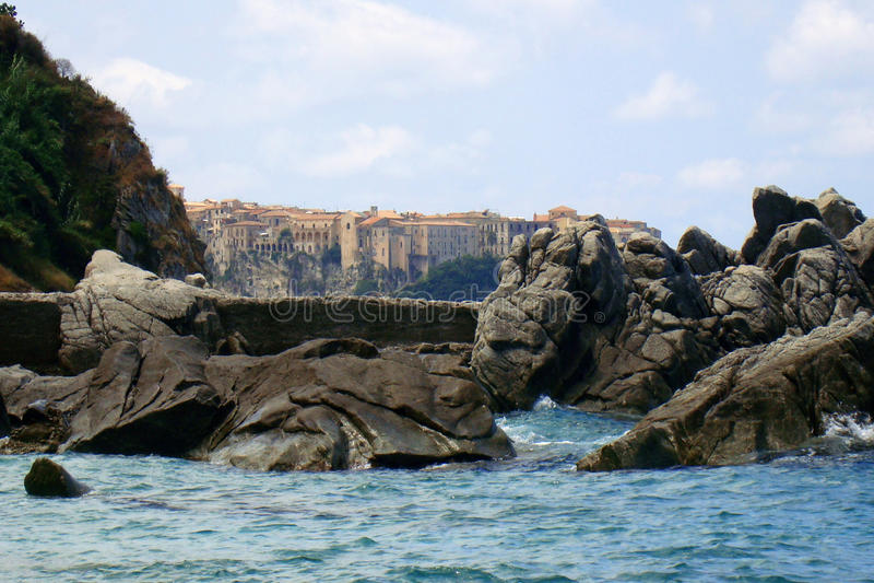 Tropea tussen rotsen en overzees royalty-vrije stock afbeeldingen