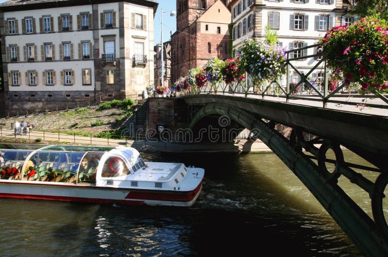 Tropece pelo barco, Strasbourg, Alsácia, France fotos de stock