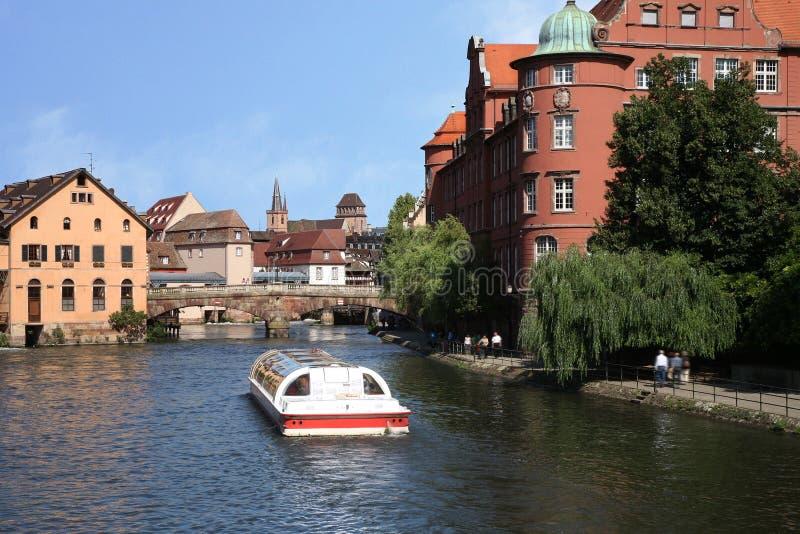 Tropece pelo barco, Strasbourg, Alsácia, France fotografia de stock