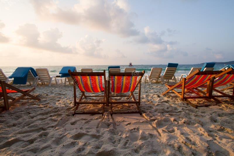 Tropeninsel mit Strandstuhl lizenzfreie stockfotos