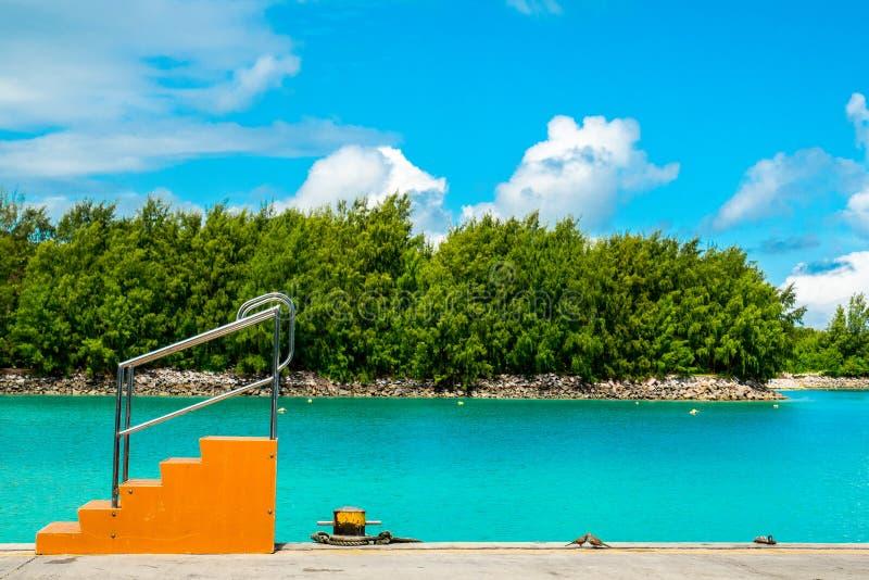 Tropeninselanlegestelle mit orange Fallreep und Aquamarin stockfoto