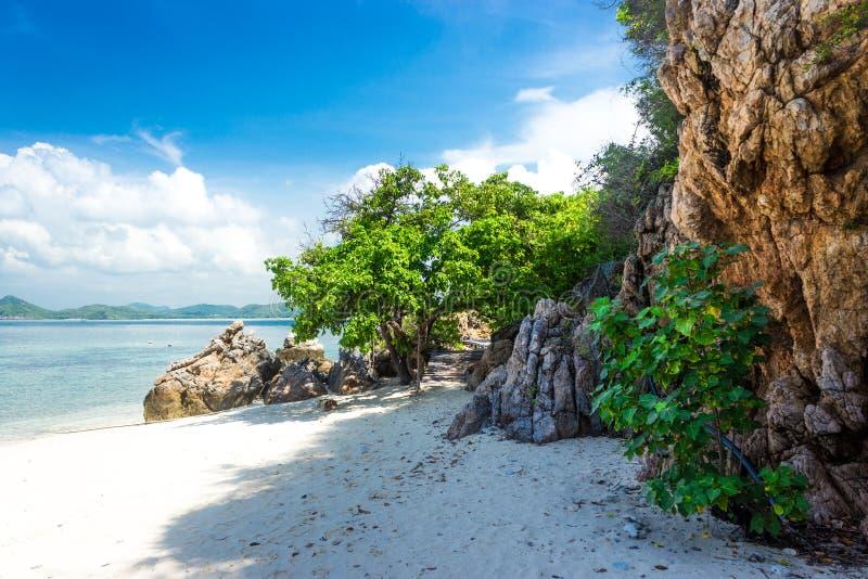 Tropeninselfelsen auf dem Strand mit blauem Himmel KOH Kham Pattaya Thailand lizenzfreie stockfotografie