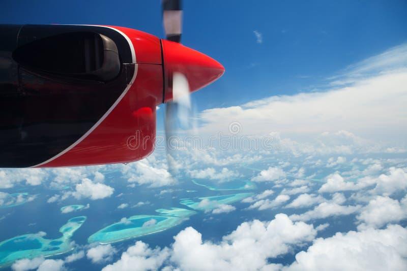 Tropeninseln, Ansicht vom Hydroplane Wolken im blauen Himmel, Flug unter Inseln im Ozean lizenzfreies stockfoto