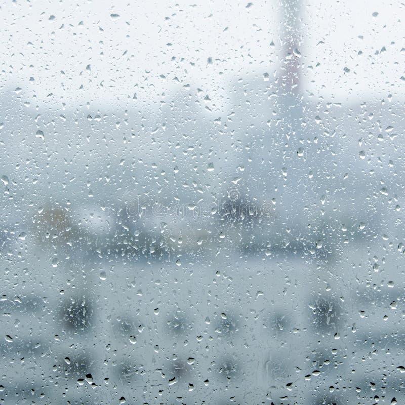 Tropfen auf dem Glas und eine Ansicht vom Balkon der Stadt lizenzfreie stockfotos