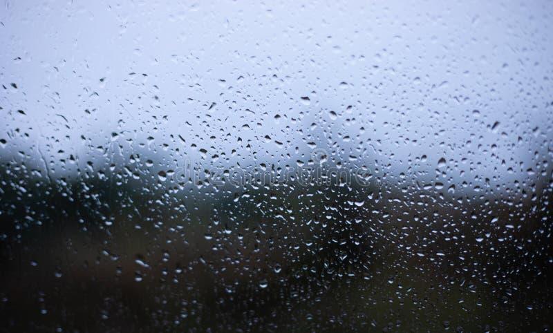 Tropfen auf Fenster unscharfem Hintergrund stockfotos