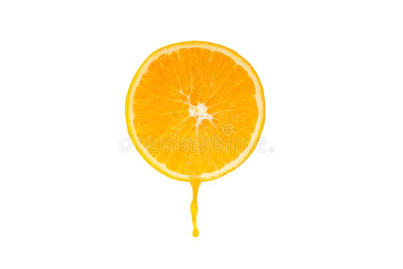 Tropfen der orange Scheibe und des Orangensaftes lokalisiert lizenzfreie stockfotos