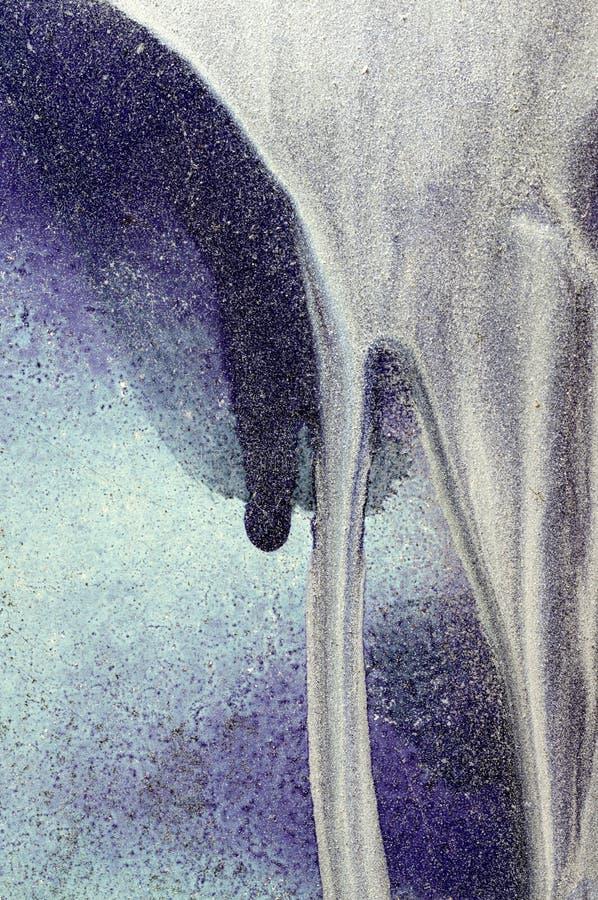 Tropfen der weißen, blauen Farbe auf purpurroter Metalloberfläche 3 lizenzfreies stockfoto