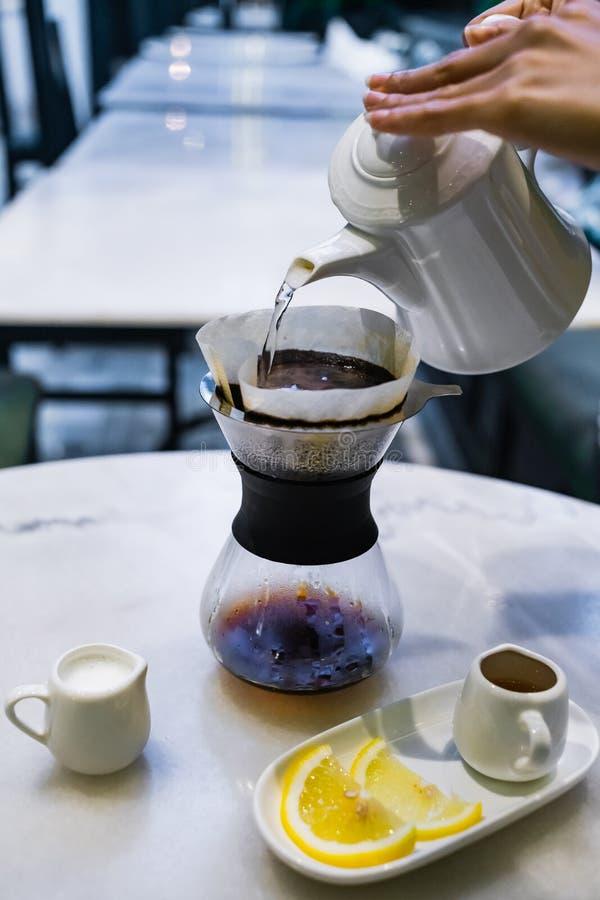 Tropfen Sie brauend, gefilterter Kaffee stockfotografie