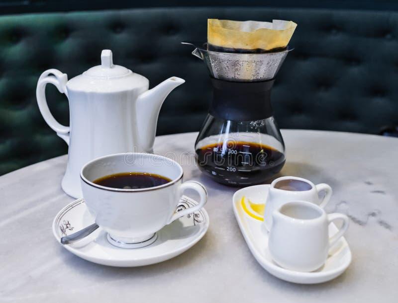 Tropfen Sie brauend, gefilterter Kaffee lizenzfreies stockfoto