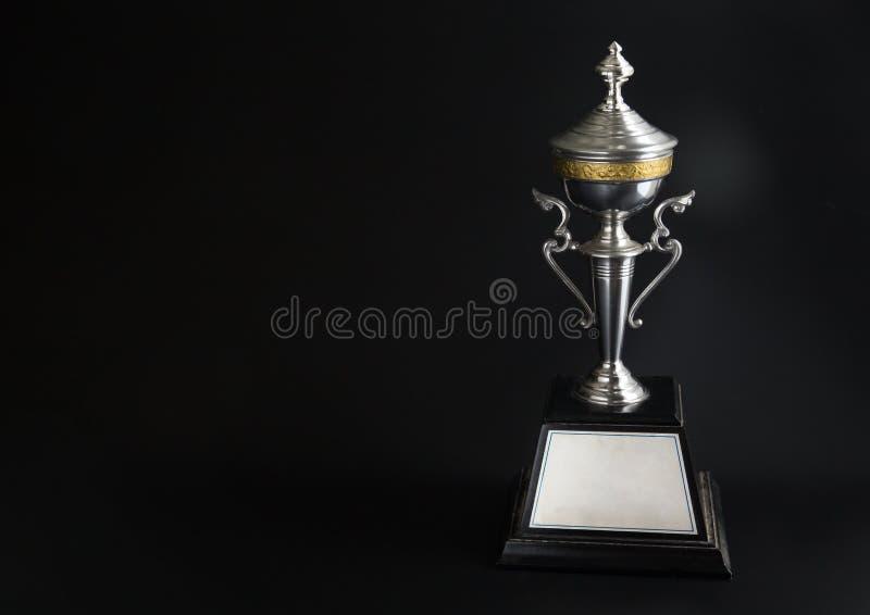 Trophée argenté au-dessus de fond noir Récompenses de gain avec l'espace de copie pour le texte et la conception image libre de droits