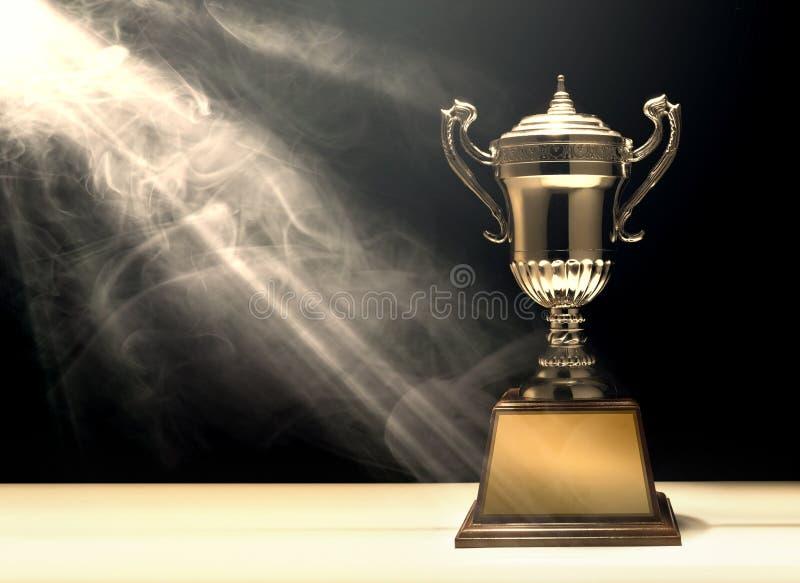 trophée argenté placé sur la table en bois avec la copie foncée s de fond illustration stock