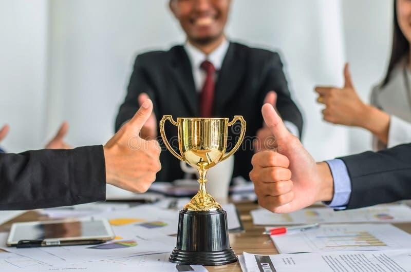 Trophée de gain d'or d'équipe d'affaires, consentement heureux d'équipe d'affaires photographie stock