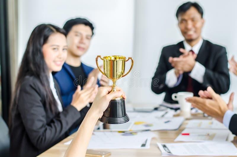 Trophée de gain d'or d'équipe d'affaires, consentement heureux d'équipe d'affaires et équipe réussie d'affaires récompensés photos libres de droits