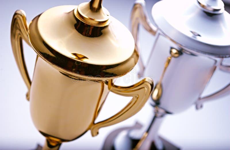Trophées d'or et d'argent attendant pour être attribué photographie stock libre de droits