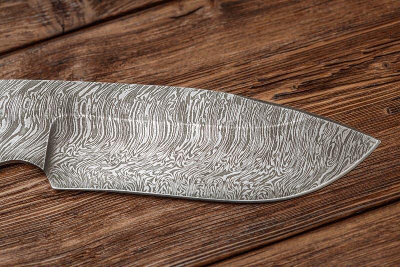 Tropić Damascus stali nożowy handmade na drewnianym tle obrazy stock