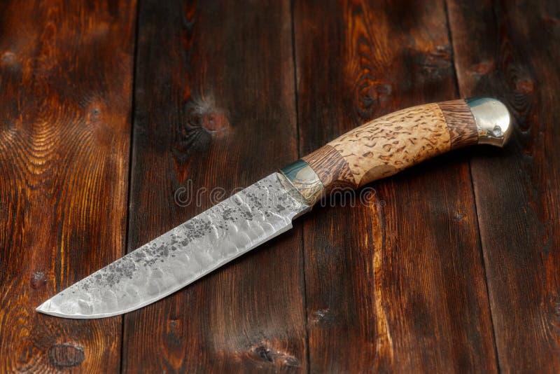 Tropić Damascus stali nożowy handmade na drewnianym tle fotografia royalty free