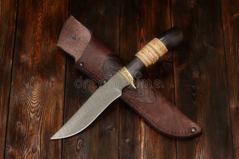 Tropić Damascus stali nożowy handmade na drewnianym tle, zakończenie zdjęcia stock