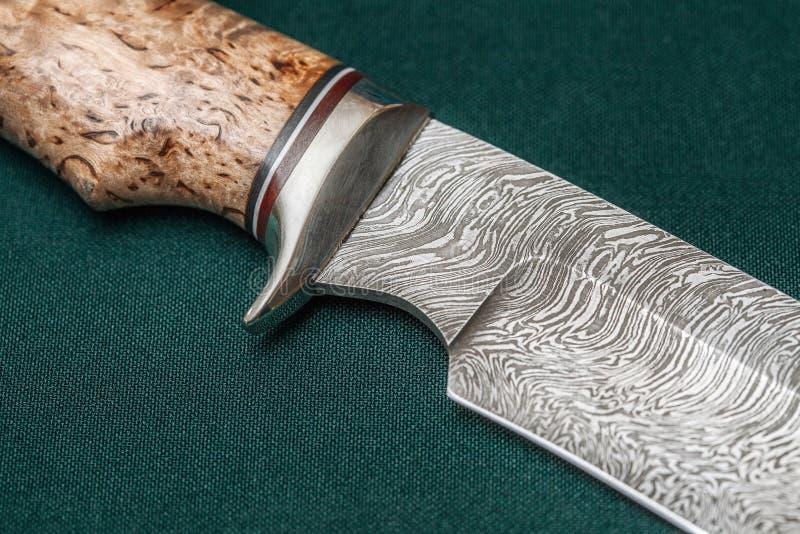 Tropić Damascus stali nożowy handmade na zielonej tkaninie obraz stock
