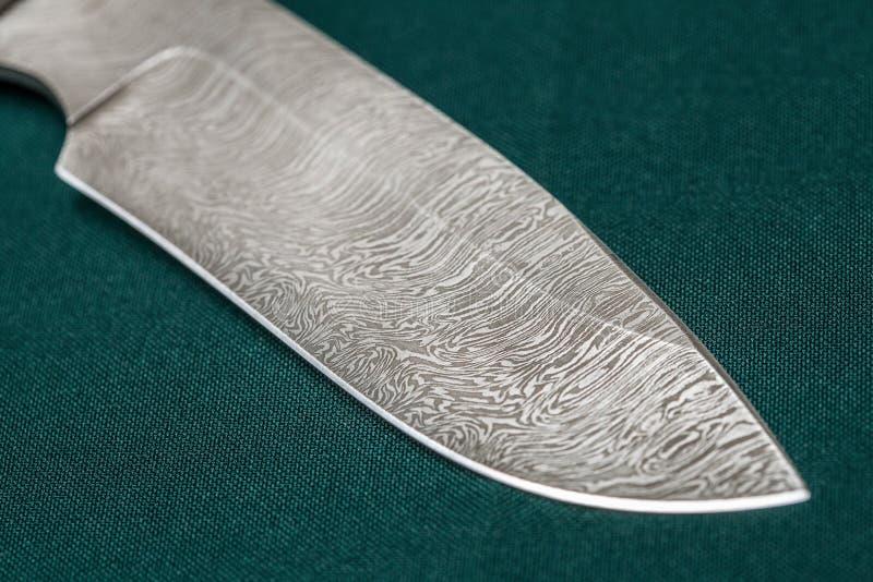 Tropić Damascus stali nożowy handmade na zielonej tkaninie obrazy royalty free