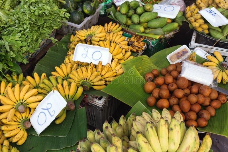 Tropicals приносить в тайском рынке стоковая фотография