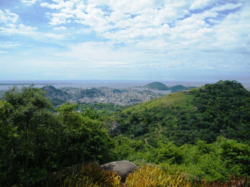 Tropikalna kolonialna wyspa blisko do Brazil z bujny zieleni lasu tropikalnego roślinnością i wybrzeżem zdjęcia stock