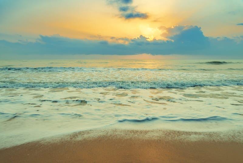 Tropikalna morze plaża przy wschód słońca zdjęcie stock