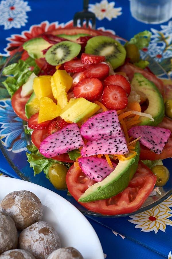 Tropikalna owocowa sałatka z smok owoc zdjęcie royalty free